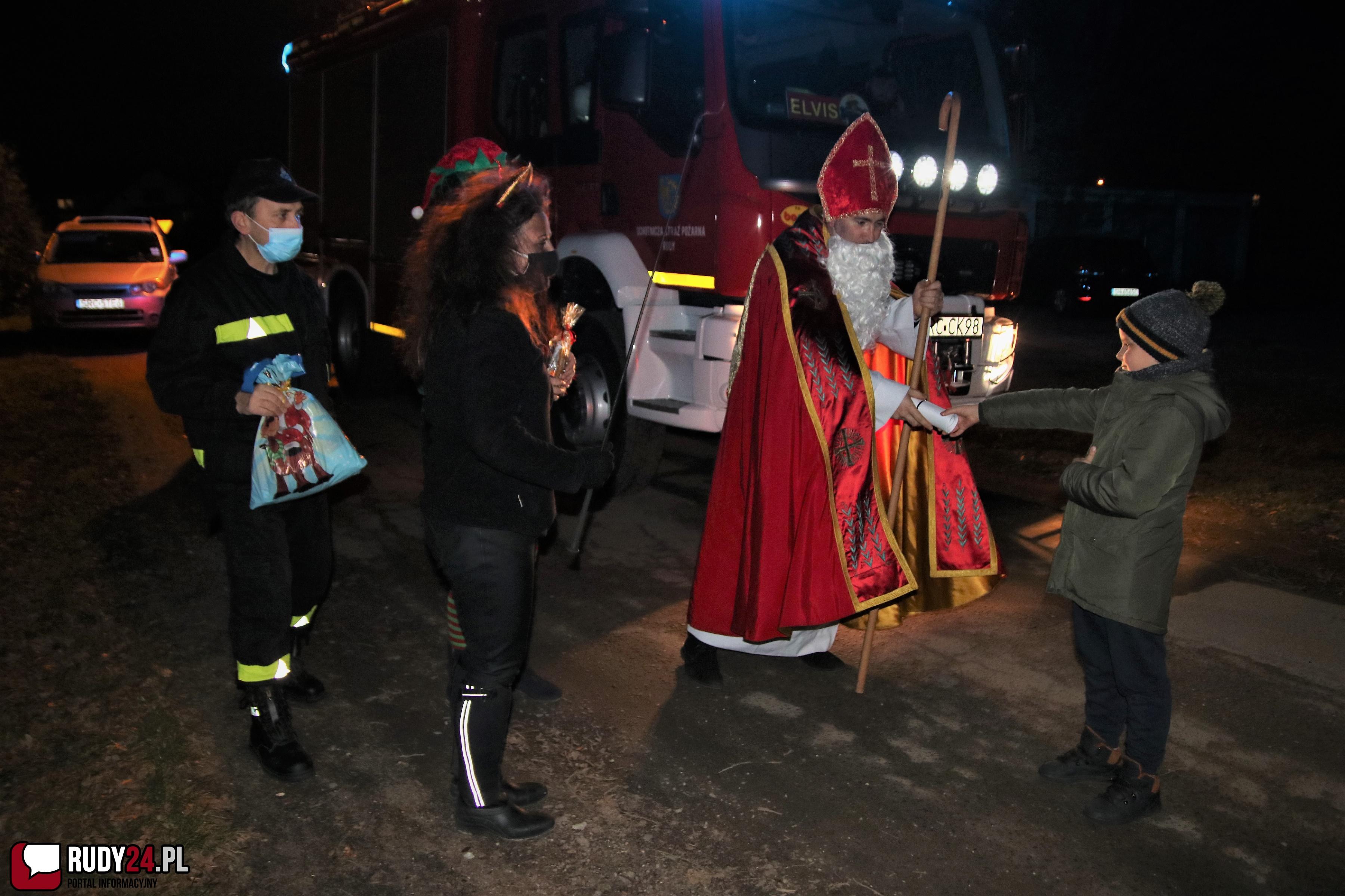Św. Mikołaj odwiedził dzieci z Rud przy pomocy strażaków z OSP RUDY