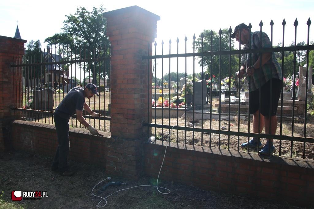 Pierwszy dzień malowania płotu za nami na cmentarzu parafialnym