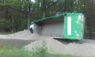 Ciągnik z naczepą zablokował ruch na DW 919